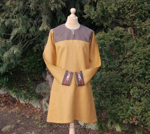 Linen tunic with embroidery in Urnes style