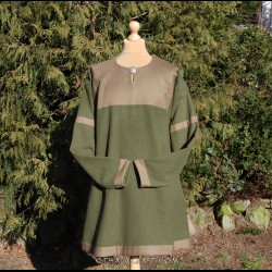 Brown woolen tunic decorated with diamond wool