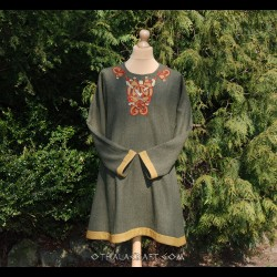 Linen tunic with brickband and embroidery from Oseberg